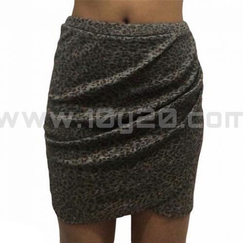vista frontal de mini falda cruzada estampado tipo leopardo