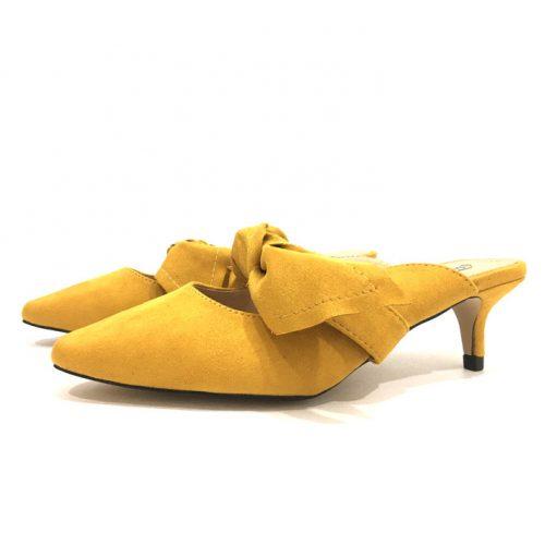 vista lateral de zapato mostaza tipo mule