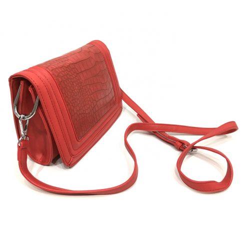 vista lateral de bolso rojo imitación piel de cocodrilo