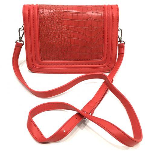 vista frontal de bolso rojo imitación piel de cocodrilo