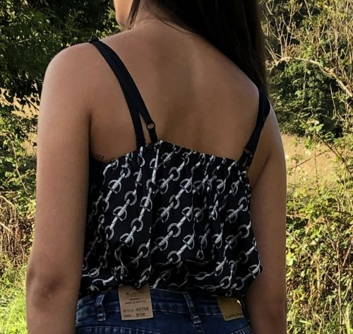vista posterior de blusa lencera estampado cadenas