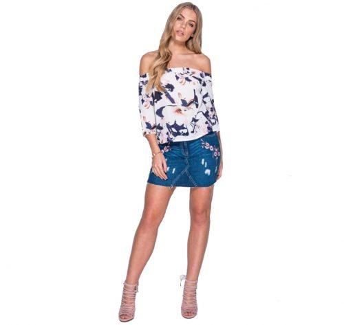 outfir con blusa floral tonos fríos