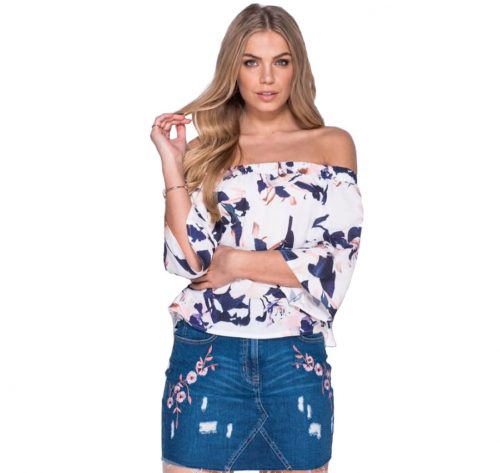 Detalle de blusa floral tonos frios
