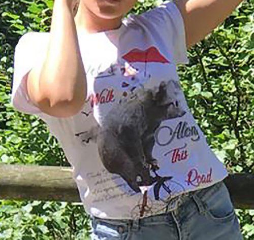 detalle de camiseta blanca con brillos