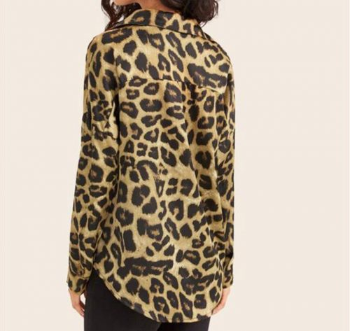 vista posterior de camisa animal print leopardo camel