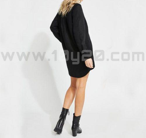 vista posterior de camisa larga negra