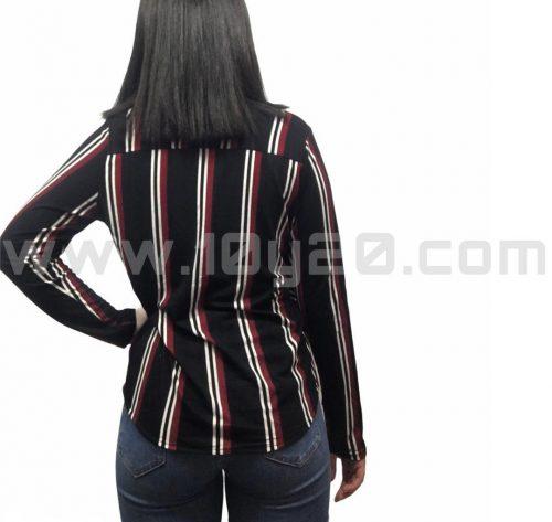 vista posterior de camiseta de rayas negra