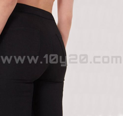 vista posterior de pantalón de loneta negro