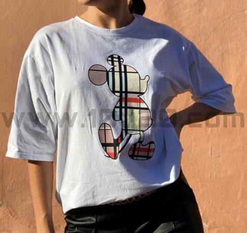 outfit con camiseta blanca Mickey cuadros